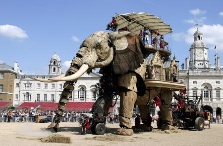 圖文:巨型機械大象亮相英國街頭