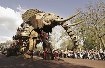 圖文:巨型機械大象亮相英國