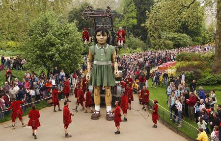 圖文:巨型機械女孩在倫敦街頭亮相