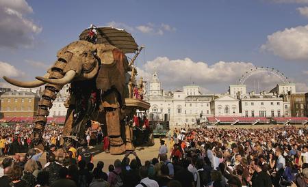 圖文:眾人爭相觀看巨型機械大象