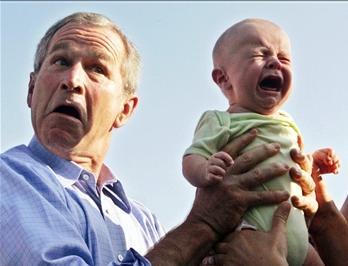圖文:布什抱著一名哭泣的男嬰