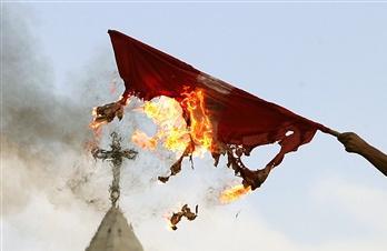 圖文:巴勒斯坦人焚燒丹麥國旗