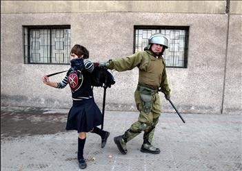 圖文:智利學生在參加遊行時被警方逮捕