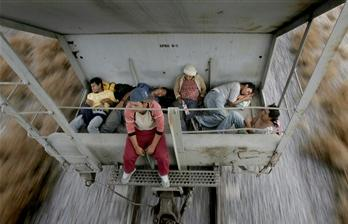 圖文:移民乘坐運貨火車前往墨西哥邊境