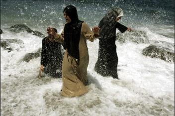 圖文:婦女在阿爾及利亞海灘享受涼爽