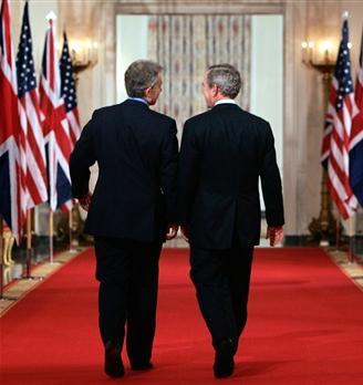 圖文:布什與布萊爾離開白宮會議廳