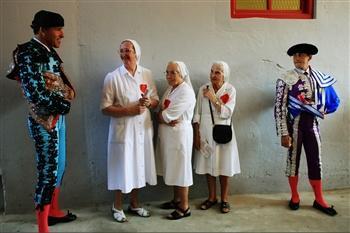 圖文:護士們與西班牙鬥牛士攀談