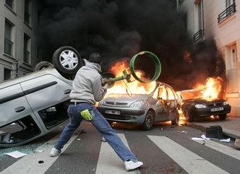 圖文:法國男子向燃燒的汽車扔垃圾袋