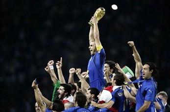 圖文:意大利隊隊長高舉大力神杯