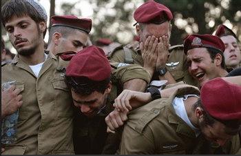 圖文:以色列士兵在參加戰友葬禮時哭泣