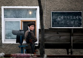 圖文:朝鮮士兵在鴨綠江岸邊執行防守任務