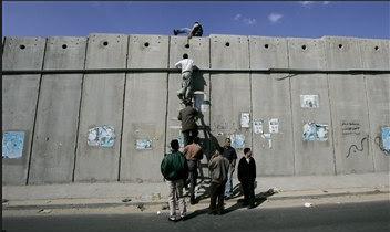 圖文:巴勒斯坦人翻越以色列隔離牆。
