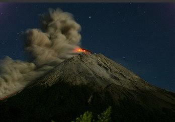 圖文:印尼默拉皮火山噴射出岩漿和濃煙