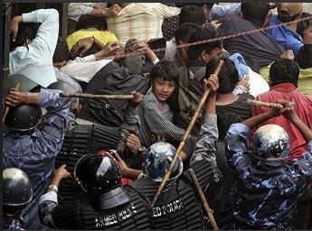 圖文:尼泊爾防暴警察驅打示威民眾