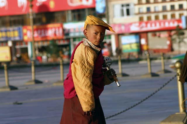 布達拉宮前的小喇嘛
