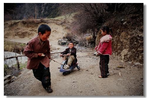雨崩村的孩子們向我演示他們心愛的玩具