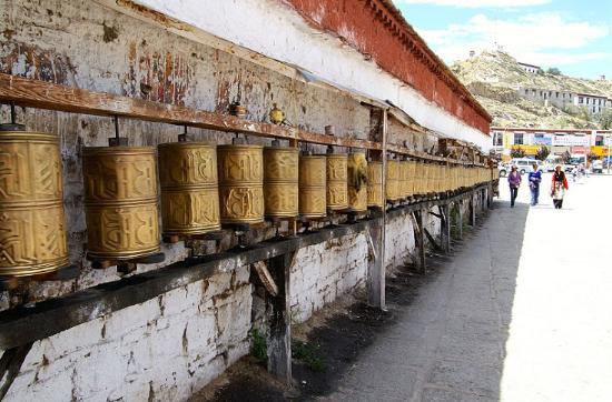 圖片:布達拉宮山腳下的轉經筒