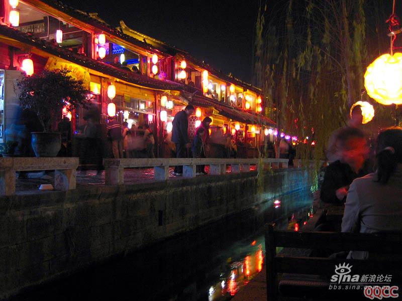 圖片:麗江古城四方街邊的酒吧一條街