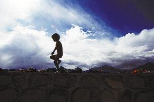 西藏拉薩,準備遊泳的孩子