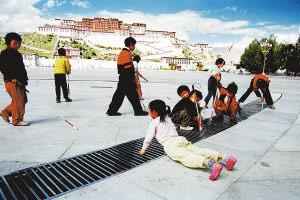 西藏盲校的孩子在拉薩布達拉宮廣場玩耍