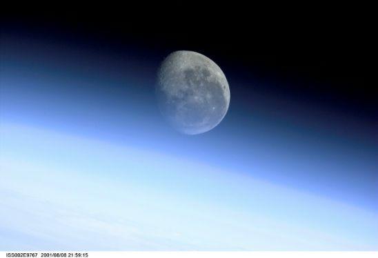 國際空間站十佳地球圖片:月球穿越地球邊緣