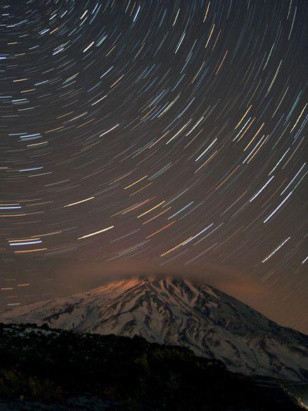 伊朗達瑪萬德峰上空星光閃耀