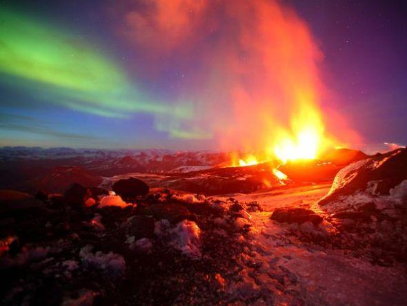 火山噴發與極光交相輝映