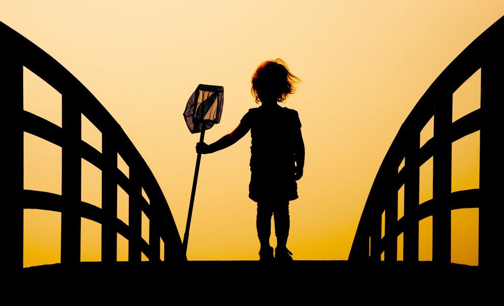 高清圖片:2010年美國國家地理攝影大賽作品-不錯,春天到了。站在橋頭準備捕魚的小孩