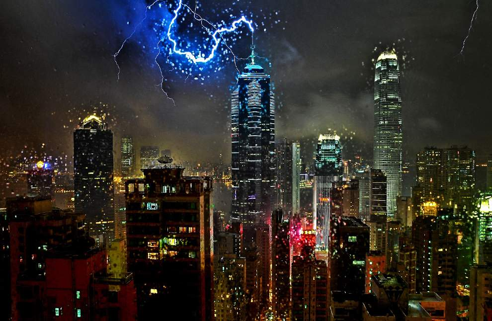 高清圖片:2010年美國國家地理攝影大賽作品-暴風雨中一道閃電擊中香港中部中央大樓的避雷針