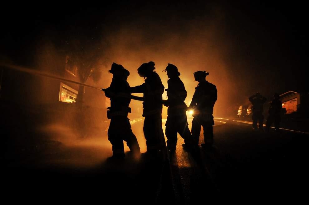 高清圖片:2010年美國國家地理攝影大賽作品-消防員藉著消防車的大燈在奮力撲救天然氣管道引發的大火