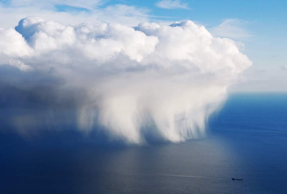 高清圖片:2010年美國國家地理攝影大賽作品-烏克蘭黑海克里米亞附近的雲和船