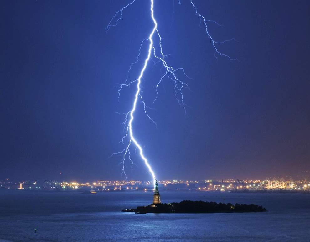 高清圖片:2010年美國國家地理攝影大賽作品-紐約港上空的閃電
