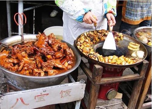 圖片:鹵豬腳就是這樣放在盆裡的,還有海帶哦,很香