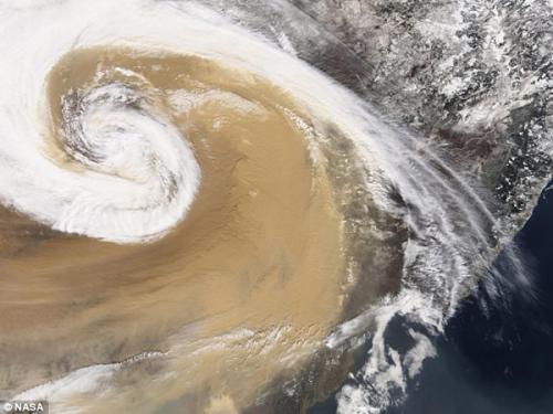 圖片:2001年,亞洲塵暴瀰漫在太平洋海面上