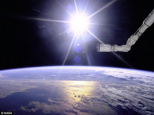 圖片:1996年美國宇航局奮進號航天飛機在太陽和地球的背景下相映成輝