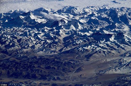 圖片:在晴朗無雲的天氣下,從太空拍攝到的珠穆朗瑪峰