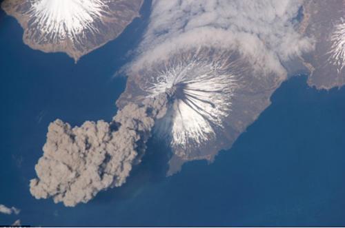 在國際空間站拍攝到阿拉斯加州克利夫蘭火山噴發的太空情景