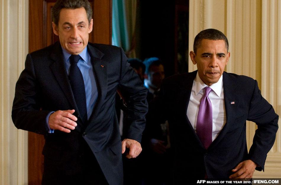 奧巴馬與薩科奇小跑進入新聞發佈廳,二人表情動作十分搞笑