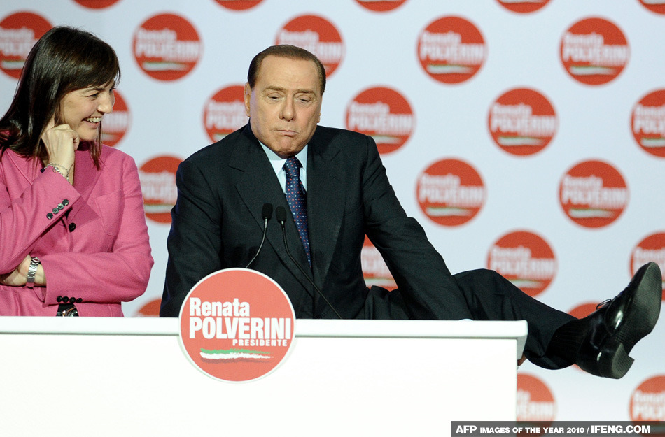 意大利總理貝盧斯科尼在一次演說中把腿搭在了桌子上