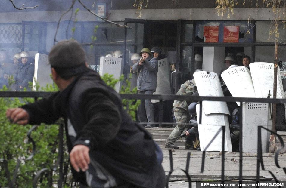 一名反對派成員舉行反政府抗議,向警察仍東西