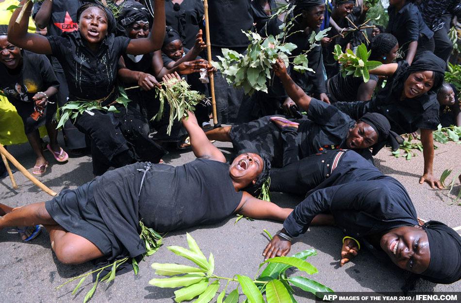 數千名身穿黑色衣服的婦女舉行集會抗議穆斯林教派對她們婦女同胞以及孩子的屠殺行為
