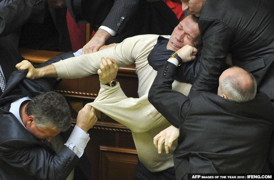 烏克蘭議員在開會中扭打在一起
