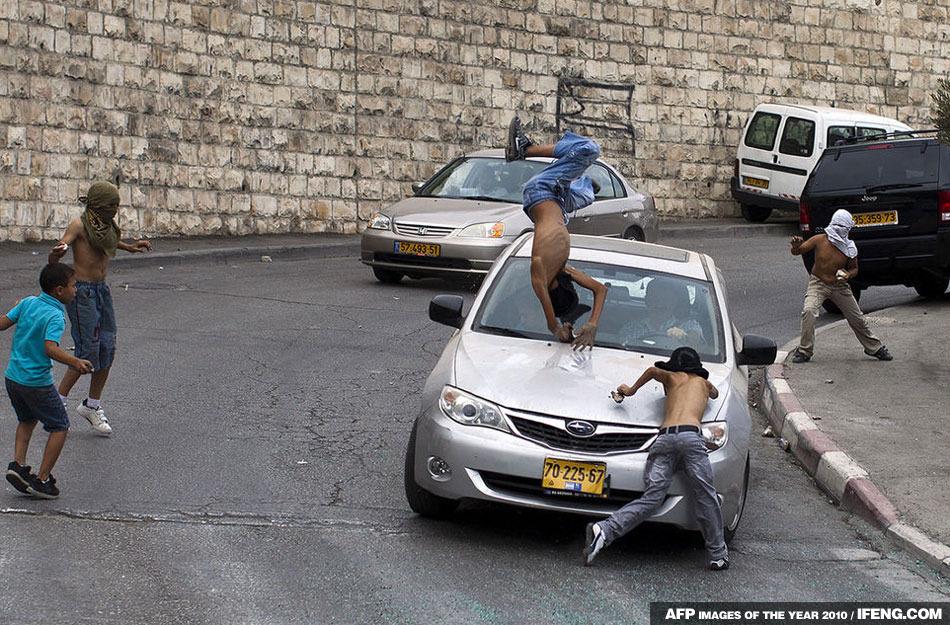 一群巴勒斯坦青年站在路中間朝過往的以色列車輛扔石頭,一名以色列司機竟開車將一名青年撞飛