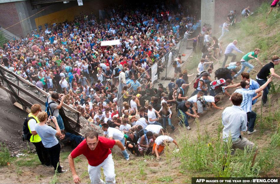愛的遊行音樂節發生踩踏事故後,狂歡者跑上附近的山坡