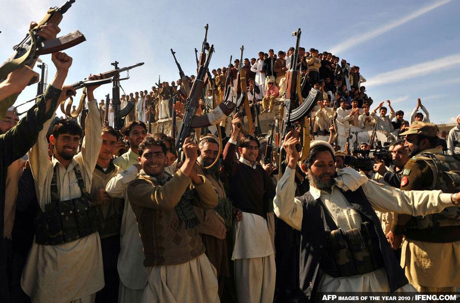 當地部落武裝人員和士兵一起慶祝。巴基斯坦政府稱已經佔領了塔利班和基地組織洞穴堡壘