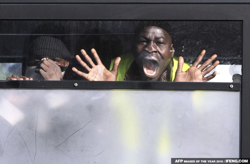 非法移民被逮捕後,在警車裡大喊大叫