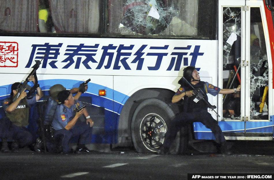菲律賓馬尼拉警察對遭到劫持的旅行車進行進攻