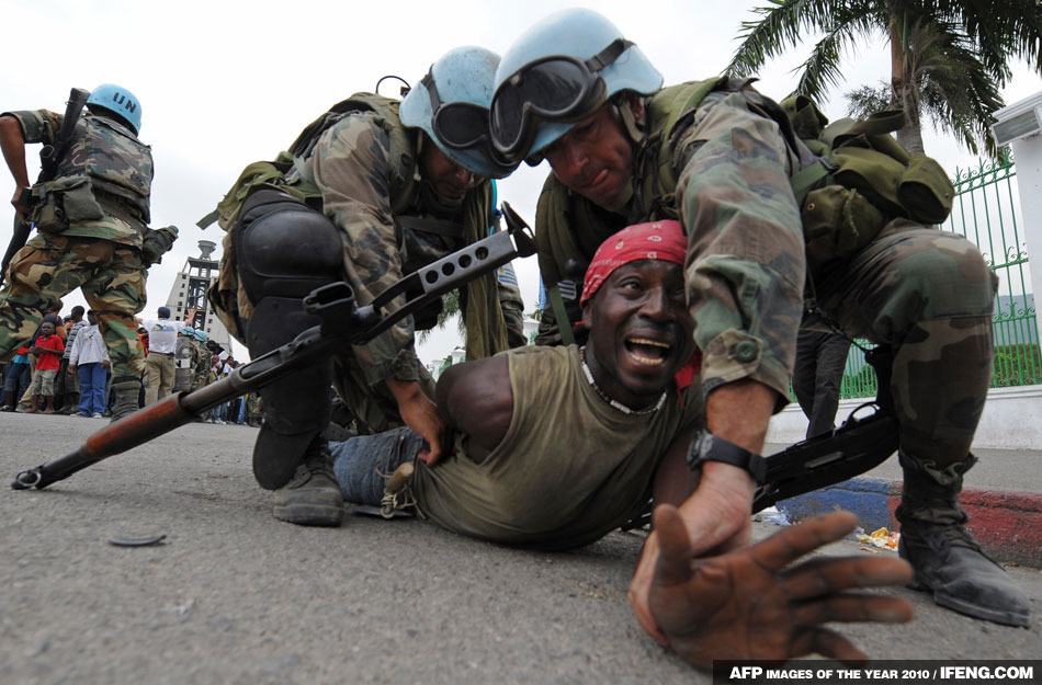 一名海地難民因擾亂領取救災物品秩序被維和警察逮捕