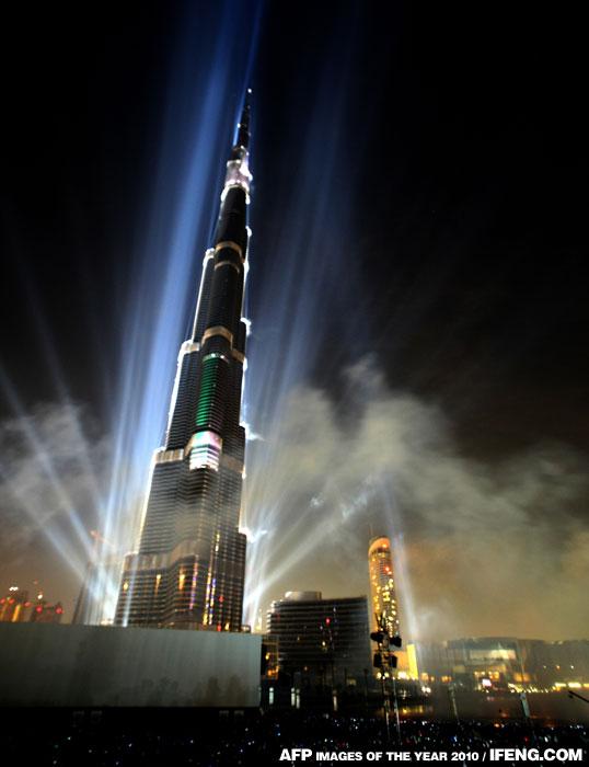 世界上最高的人造建築物迪拜塔完工,舉行竣工儀式,並正式命名為哈里發塔