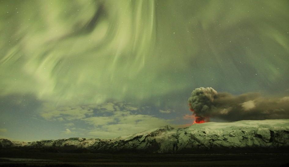 圖片:冰島艾雅法拉火山上空出現北極光